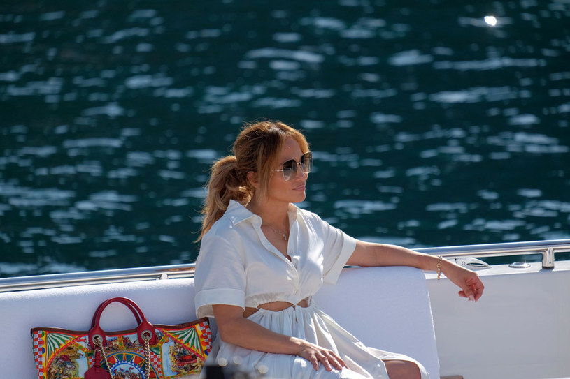 Jennifer Lopez jest w doskonałej formie, a część fanów nie może wyjść z podziwu, że ich ulubienica skończyło niedawno 52 lata. Ostatnio w jej wirtualnej galerii pojawiły się gorące kadry z chwil relaksu na wodzie. Zdjęcia w bikini rozgrzały internautów!