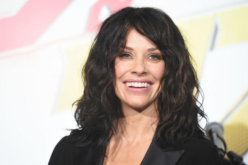 """Evangeline Lilly to kanadyjska aktorka i modelka, której sławę przyniosły kreacje: Kate w serialu """"Lost. Zagubieni"""", elfki Tauriel w ekranizacji """"Hobbita"""", a także Hope van Dyne/Osy w adaptacjach komiksów Marvela. O gwieździe było w ostatnim czasie głośno ze względu na odważne wyznanie na temat nagich scen w """"Zagubionych"""" oraz niefortunną wypowiedź o koronawirusie."""