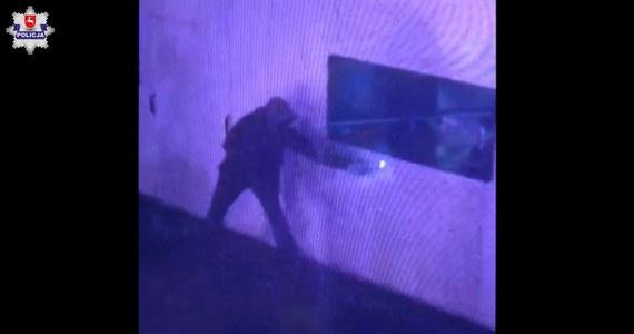 Policja opublikowała nagranie z podpalenia punktu szczepień w Zamościu na Lubelszczyźnie. Widać na nim zamaskowanego sprawcę przestępstwa, do którego doszło w nocy z niedzieli na poniedziałek. Policja prosi o kontakt wszystkich, którzy rozpoznają podpalacza lub posiadają informacje na temat tego zdarzenia.