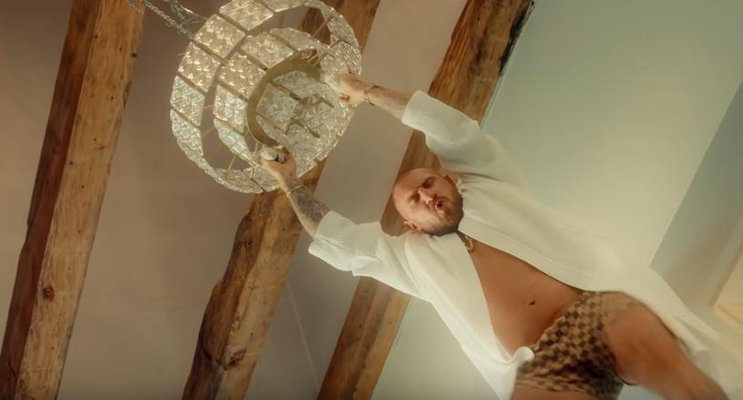 """2,9 miliona w ciągu tygodnia – tyle wyświetleń zdobył nowy teledysk Kizo """"Król balu"""", który promuje nowy album rapera. Sprawdź tekst utworu!"""
