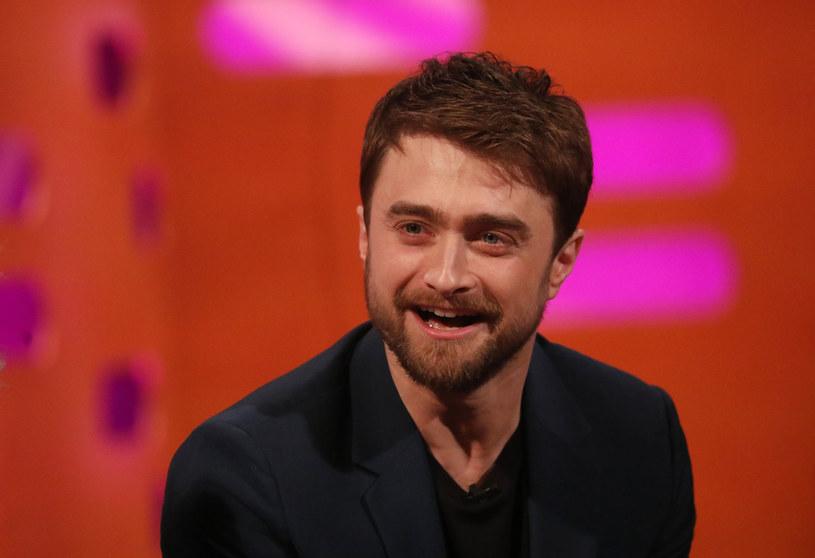 """Daniel Radcliffe, gwiazdor filmowej serii """"Harry Potter"""", podobnie jak wielu dziecięcych aktorów, początkowo nie umiał poradzić sobie z nagłą popularnością. Artysta zmagał się w przeszłości z uzależnieniem od alkoholu, jednak w porę rzucił używki. Od lat konsekwentnie unika skandali, skupiając się na kolejnych zawodowych projektach. Jak wyjawił w najnowszym wywiadzie, zazwyczaj udaje mu się pozytywnie zaskoczyć nowopoznanych ludzi, którzy z góry zakładają, że jest zarozumiały i zepsuty. """"Od zawsze miałem świadomość, że ludzie mają wobec mnie niskie oczekiwania"""" - wyznał z rozbrajającą szczerością."""