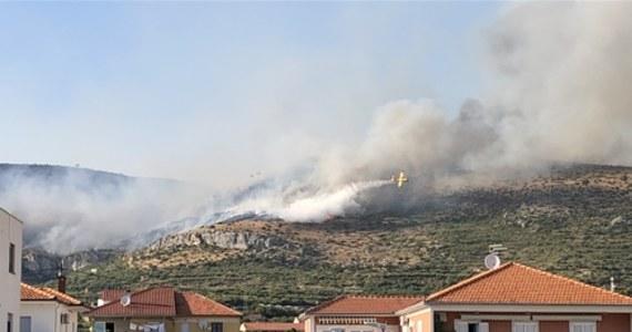 Niszczycielska siła ogniaw Chorwacji. Ogień, który wybuchł rano w pobliżu miejscowości Seget Gornji, położonej w pobliżu Trogiru z powodu silnego wiatru, zaczął się szybko rozprzestrzeniać na teren położonych tam lasów. Dym z pożarów paraliżuje ruch lotniczy - informuje TVN24.