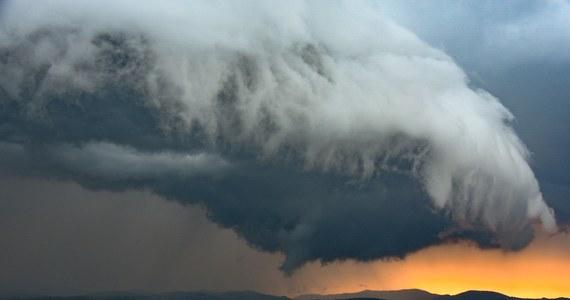 Upały, a po nich gwałtowne burze i nawałnice. Tegoroczne lato obfituje w takie zmiany pogodowe. Dynamiczne zjawiska fotografują obserwatorzy z całej Polski. Wczoraj panu Lucjanowi Kosowi udało się uchwycić wał szkwałowy nad Nowym Sączem. Zdjęcia są piękne, ale i przerażające...