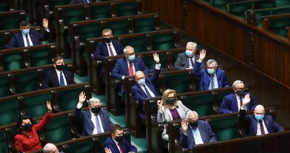 Koalicja Obywatelska złożyła w Sejmie projekt ustawy, która ma zablokować podwyżki wynagrodzeń m.in. posłów i senatorów, członków rządu i prezydenta oraz samorządowców. Projekt ma być efektem spotkania władz klubu KO z liderem Platformy Donaldem Tuskiem.