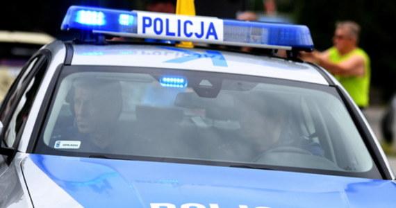 Do policyjnego aresztu trafił 25-latek z Komornik w województwie łódzkim, który kierując passatem z prawie 4 promilami alkoholu w organizmie zajeżdżał drogę innym uczestnikom ruchu. Mężczyzna miał sądowy zakaz prowadzenia pojazdów mechanicznych, grozi mu do 5 lat więzienia.