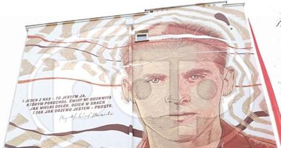"""""""Brylant, którym strzelamy we wroga"""" - tak historyk literatury Stanisław Pigoń nazwał Krzysztofa Kamila Baczyńskiego, poetę, który najpełniej wyraził los tzw. pokolenia Kolumbów. 4 sierpnia 1944 r. Baczyński poległ w Powstaniu Warszawskim."""