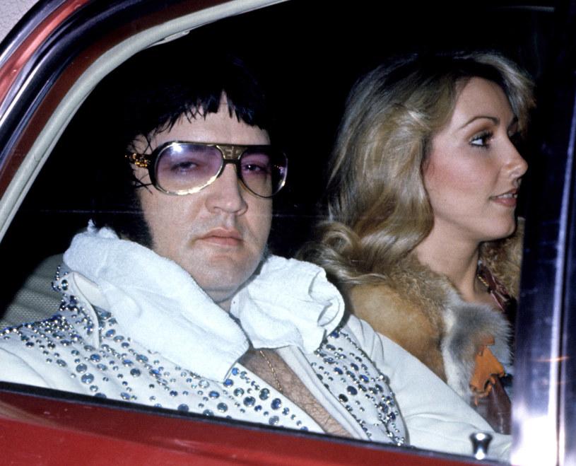 Autorka książki o Elvisie Presley – Sally Hoedel – twierdzi, że Elvis Presley nie zmarł w wyniku przedawkowania śmiertelnej mieszanki leków i narkotyków. Według niej, powodem były choroby genetyczne. Gwiazdor ukrywał swoje problemy zdrowotne, gdyż wstydził się okazać słabość przed opinią publiczną.