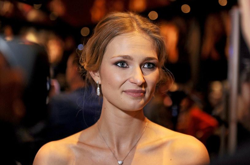 """W obsadzie dużej hollywoodzkiej produkcji """"Babylon"""", reżyserowanej przez Damiena Chazelle'a, znalazła się polska aktorka Karolina Szymczak, która wystąpi m.in. u boku Margot Robbie, Brada Pitta i Tobeya Maguire'a. Jaką rolę dostała?"""