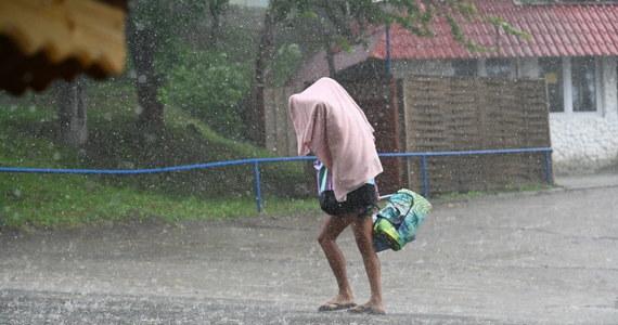 Burze z gradem, ulewy - taką pogodę przewiduje na dziś Instytut Meteorologii i Gospodarki Wodnej. Gwałtowne opady mogą nieść niebezpieczeństwo - ostrzega synoptyk z IMGW Małgorzata Tomczuk. Pogodowe alerty wydało również Rządowe Centrum Bezpieczeństwa.