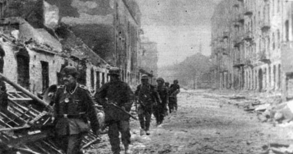 Między 5 a 7 sierpnia 1944 r. na ulicach, w podwórzach, domach, fabrykach i szpitalach Woli doszło do bezprzykładnej w dziejach II wojny światowej, zorganizowanej masakry ludności cywilnej. Akcja wyniszczania miasta była odpowiedzią na wybuch Powstania Warszawskiego, ale jej przyczyny tkwią w ideologii niemieckiego nazizmu.
