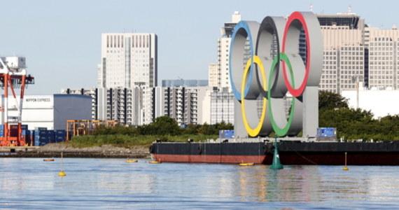 Igrzyska olimpijskie w Tokio przynoszą nam wielkie sportowe emocje, ale i skandale. Burmistrz Nagoi Takashi Kawamura wywołał oburzenie sportowców, gdy w czasie spotkania z zawodniczką japońskiej drużyny softballowej Miu Goto poprosił o założenie sobie na szyję jej złotego medalu olimpijskiego i ugryzł go, pozorując zachowanie po dekoracji. W trakcie dekoracji ukraińskich pływaczek z kolei zawodniczki przedstawiono jako Rosjanki.
