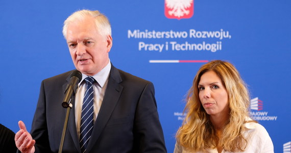 Wicepremier Jarosław Gowin odebrał Oldze Semeniuk władzę nad większością departamentów w resorcie rozwoju. Wiceminister z PiS-u od teraz będzie odpowiadała wyłącznie za obrót towarami wrażliwymi. To oczywiście pierwsza odpowiedź Porozumienia na środową dymisję wiceminister Anny Korneckiej, która straciła stanowisko za krytykę ustaw podatkowych z Polskiego Ładu.