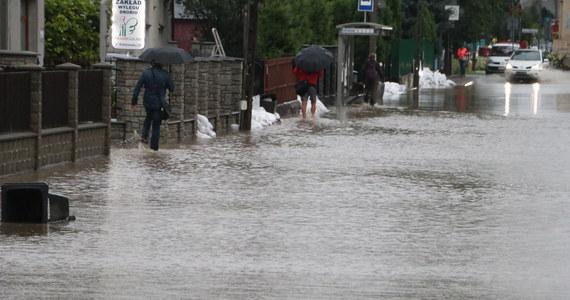 Ulewne opady deszczu w Krakowie, a także okolicznych miejscowościach. Strażacy w ostatnich godzinach wyjechali do ponad tysiąca zgłoszeń i ciągle otrzymują kolejne. Najgorsza sytuacja panuje w Bieżanowie, gdzie woda przelała się przez korony wałów przeciwpowodziowych i zalała część ulic. Woda wdarła się również na teren Szpitala Specjalistycznego im. J. Dietla przy ulicy Focha.
