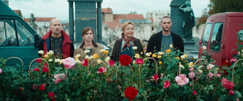 """""""Wprawia w dobry nastrój"""", """"głębsza, niż mogłoby się wydawać"""", """"urzekający temat"""" - tak o komedii """"Usłane różami"""" (w kinach od 20 sierpnia) piszą francuskie media. Rzeczywiście, to opowieść pełna wdzięku, a przy tym subtelna i wzruszająca, której ton nadaje grająca rolę twórczyni róż i  właścicielki różanego majątku laureatka dwóch Cezarów, jedna z najpopularniejszych i najbardziej wszechstronnych aktorek ostatniego dwudziestolecia we Francji, Catherine Frot (""""Niebo w gębie"""")."""