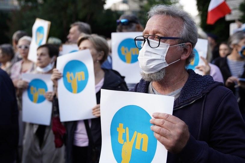 """Przed sejmem odbyła się we wtorek manifestacja w obronie TVN. Jej uczestnicy przyszli z plakatami na których można przeczytać hasła """"Będę bronił TVN. To moja stacja"""" i """"Wolne media, wolni ludzie, wolna Polska"""", a także z logo TVN z literą """"V"""" stylizowaną na znak victorii . Protesty zorganizowano także w kilkudziesięciu innych miastach."""