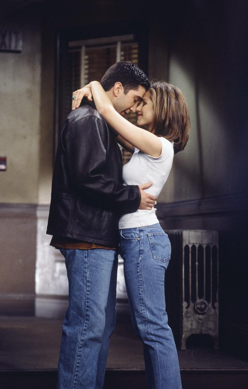 """Burzliwy związek Rachel i Rossa należał do kluczowych wątków """"Przyjaciół"""". Jak ujawnili niedawno wcielający się w nich na ekranie Jennifer Aniston i David Schwimmer, chemia między bohaterami była odzwierciedleniem wzajemnej fascynacji aktorskiego duetu. Okazuje się, że uczucie, które zrodziło się na planie serialu, po latach odżyło. Tak przynajmniej twierdzi znajomy pary cytowany przez brytyjski magazyn """"Closer""""."""