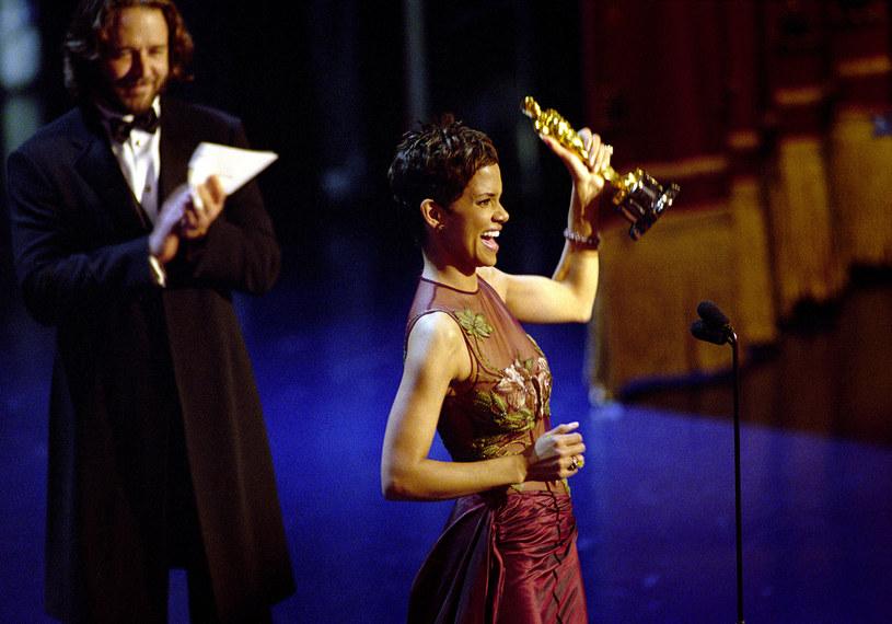 Halle Berry jest jedyną Afroamerykanką w historii Akademii, która otrzymała Oscara dla najlepszej aktorki pierwszoplanowej. Choć mogłoby się wydawać, że taka nagroda to przepustka do wielkich ról, Halle Berry przyznała ostatnio, że Oscar nie miał żadnego znaczenia.