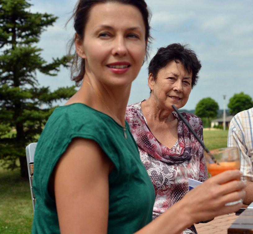 """W środę w Podkowie Leśnej Anna Popek wzięła udział w pogrzebie swojej mamy, Teresy Chruzik, która odeszła w wieku 78 lat. Dwa dni później na Instagramie dziennikarka naszkicowała jej czuły portret. Wyjawiła choćby, że podczas pogrzebu dowiedziała się, jak jej mamę nazywali dawni znajomi z pracy. Była dla nich """"Świętą Tereską"""", z racji na chęć niesienie pomocy innym i ciepłe usposobienie."""