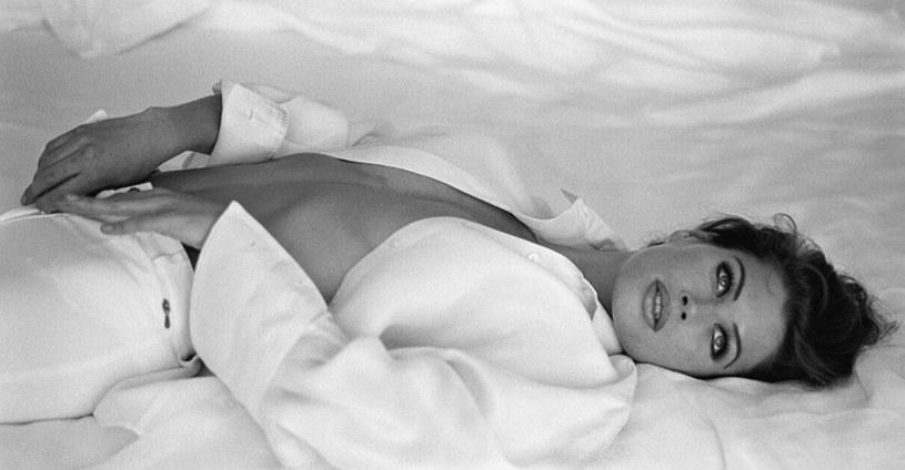 """Była supermodelka Carré Sutton i gwiazda filmu """"Dzika orchidea"""", w którym wystąpiła jako Carré Otis, pozwała byłego szefa agencji Elite, nazwanego """"Harveyem Weinsteinem branży modowej"""". Zarzuca mu gwałt i przemoc seksualną."""