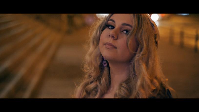 """""""Jeszcze chwilę"""" to debiutancki singel znanej z programu """"The Voice Kid"""" młodej wokalistki - Lary Hidane."""