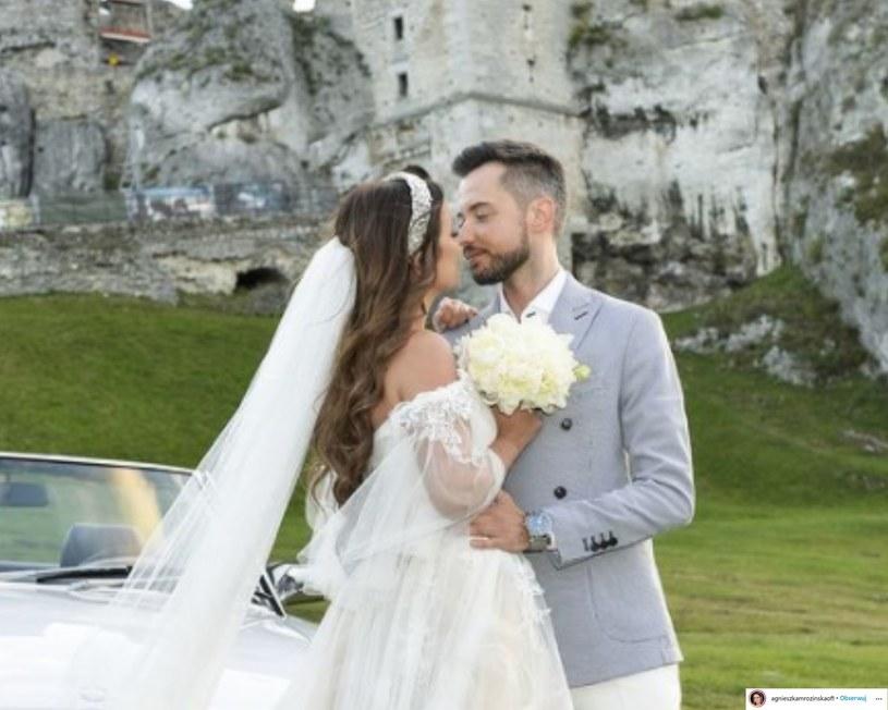 """To już kolejna gwiazda, która wzięła ślub w ostatnim czasie! Agnieszka Mrozińska, znana m.in. z serialu """"Na Wspólnej"""", wyszła za Alexa Capricę."""