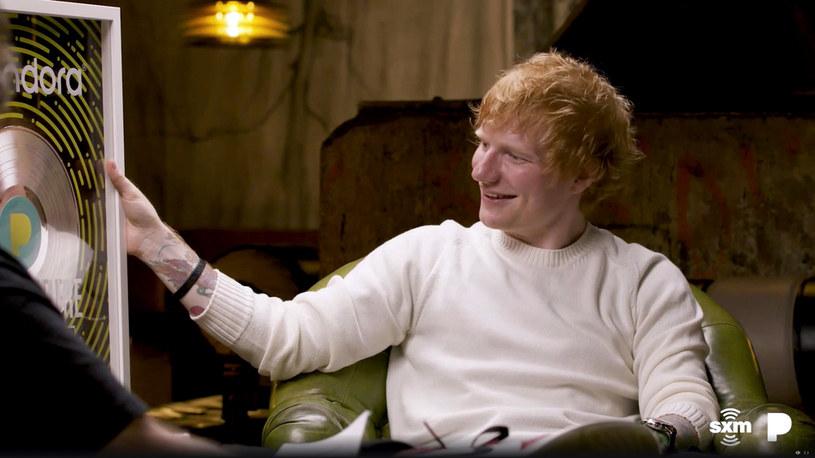 """Wraz z premierą teledysku """"Visiting Hours"""" poznaliśmy szczegóły nadchodzącej płyty Eda Sheerana. Co wiemy już o albumie zatytułowanym """"="""" i kiedy trafi on do sprzedaży?"""