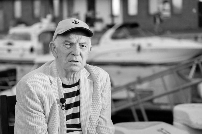 """W wieku 82 lat zmarł Jerzy Porębski, współzałożyciel jednego z najstarszych polskich zespołów szantowych - Stare Dzwony. To on był autorem najsłynniejszej pieśni szantowej """"Gdzie ta keja?""""."""