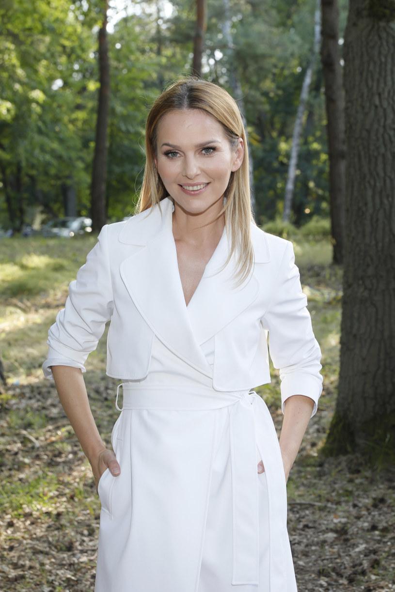 """Ich miłość wiele innych par stawia sobie za wzór, bo Paulina Sykut-Jeżyna i jej mąż Piotr Jeżyna są jednym z najbardziej zgodnych małżeństw w show-biznesie. Dziś obchodzą dziesiątą rocznicę ślubu, choć na wspólne świętowanie przyjdzie im poczekać, bo prezenterka Polsatu od rana jest na planie programu """"Twoja Twarz Brzmi Znajomo"""", a w niedzielę będzie współprowadzić koncert """"Earth Festival. Gwiazdy dla czystej Polski"""" w Uniejowie."""