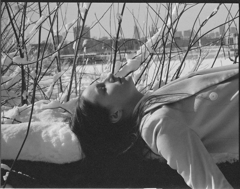 """Nowy album Tęskno to próba zmierzenia się z twórczością poetki Zuzanny Ginczanki. Liryczne teksty, wzbogacone kameralnym, nastrojowym instrumentarium rezonują na nowo dzięki wrażliwości Joanny Longić. Wydawnictwo zapowiadają single: """"Woda"""" i """"Ucieczka""""."""