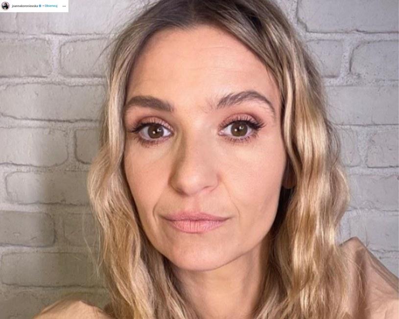 Joanna Koroniewska-Dowbor została skrytykowana po tym, jak zamieściła w sieci zdjęcie, pozując w stroju kąpielowym swojej 12-letniej córki. Internautki zarzuciły jej uprawianie tzw. body shamingu. W obronie aktorki stanął jej mąż, Maciej Dowbor.