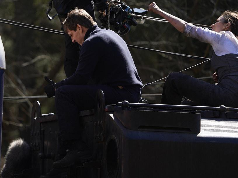 """Tom Cruise pracuje obecnie w Wielkiej Brytanii na planie siódmej części """"Mission: Impossible"""". Z uwagi na zamknięcie pobliskiego lotniska zespół Cruise'a został zmuszony do lądowania na terenie prywatnej posesji mieszkańców hrabstwa Warwickshire. W ramach podziękowania gwiazdor zaoferował rodzinie lot helikopterem."""