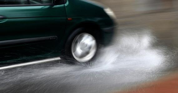 Awarie sygnalizacji świetlnej, podtopienia posesji i dróg, połamane drzewa – to szkody, które wyrządziły intensywne opady deszczu w Lublinie. Do godz. 21:00 obowiązuje na Lubelszczyźnie ostrzeżenie drugiego stopnia przed intensywnymi opadami.