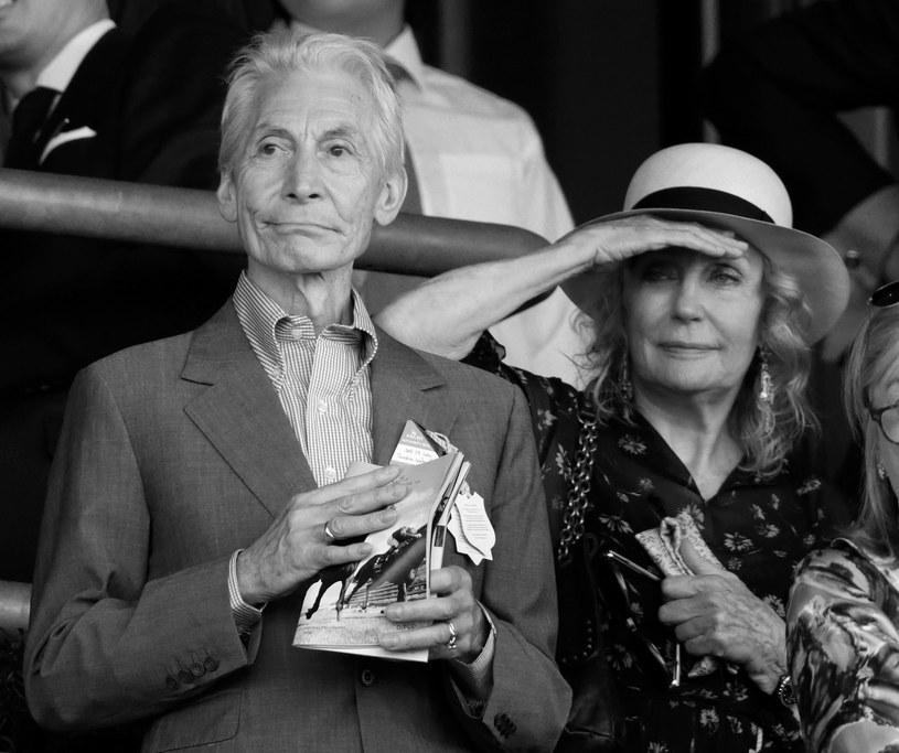 """""""Nigdy nie odpowiadałem stereotypowi gwiazdy rocka"""" - mówił Charlie Watts. Perkusista The Rolling Stones zmarł w wieku 80 lat. Ze swoją jedyną żoną Shirley Ann Shepherd spędził po ślubie prawie 57 lat."""