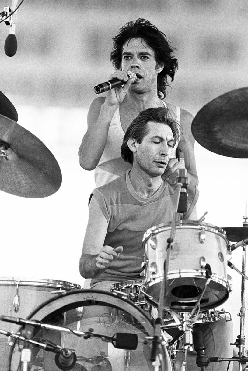 """""""Charlie Watts był najlepszym perkusistą i wspaniałym towarzyszem"""" - napisał o zmarłym we wtorek perkusiście zespołu The Rolling Stones Elton John. """"Charlie był opoką"""" - przekazał Paul McCartney. """"Charlie Watts - bit Stonesów; nie ma słów, ten rytm mówi sam za siebie"""" - napisał Lenny Kravitz. Legendarnego rockmana żegnają inne gwiazdy muzyki z całego świata."""