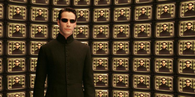 """Tytuł czwartej części dotychczasowej trylogii """"Matrix"""", według nieoficjalnych informacji po pierwszych pokazach testowych, miał brzmieć """"The Matrix Resurrections"""" (""""Matrix Wskrzeszenia""""). Teraz informacja ta została oficjalnie potwierdzona podczas trwającego w Las Vegas Cinema Conu."""