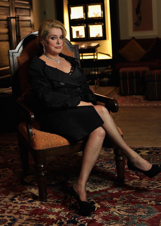 Słynna francuska aktorka Catherine Deneuve wystawia na aukcję swoją kolekcję ponad 120 par butów. Uzyskane pieniądze mają pójść na wsparcie sieci jadłodajni dla ubogich Les Restos du Coeur. Buty będzie można licytować od 7 września.