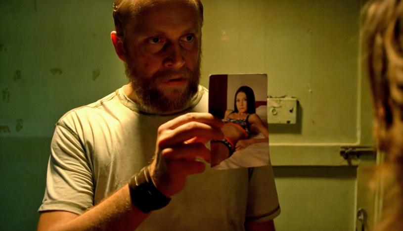 """Główną rolę w nowym filmie Patryka Vegi """"Small World"""" zagrał Piotr Adamczyk. """"To była rola, którą musiałem odchorować"""", przyznał aktor, który wcielił się w policjanta, próbującego odnaleźć porwaną w Polsce dziewczynkę."""