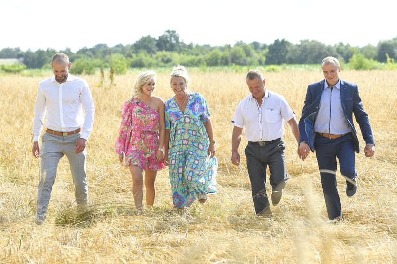 """Program """"Rolnik szuka żony"""", który opowiada o losach rolników i rolniczek poszukujących miłości, emitowany jest na antenie TVP od 2014 roku. Ostatnio poznaliśmy bohaterów 8. edycji programu, która wystartuje 19 września. Teraz w sieci pojawił się zwiastun programu!"""