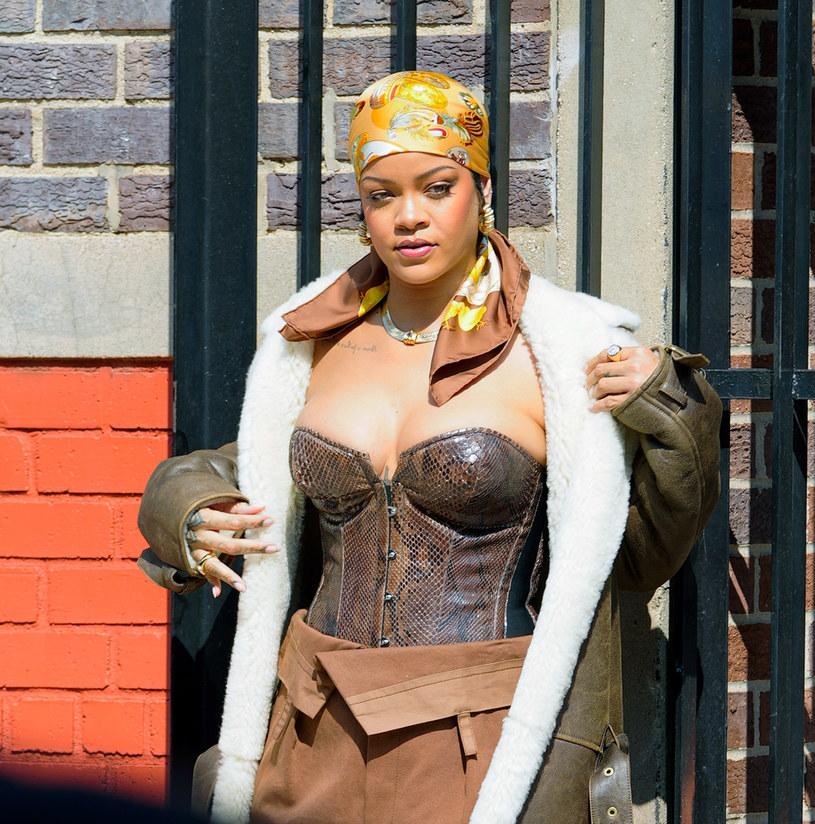 Rihanna zdecydowanie nie należy do grona gwiazd, które wstydzą się odważnych zdjęć. Wręcz przeciwnie. W mediach społecznościowych regularnie pojawiają się śmiałe kadry, na których prezentuje swoje smukłe ciało. Ostatnio w sieci pojawiło się niezwykle intymne nagranie, które rozgrzało internautów.