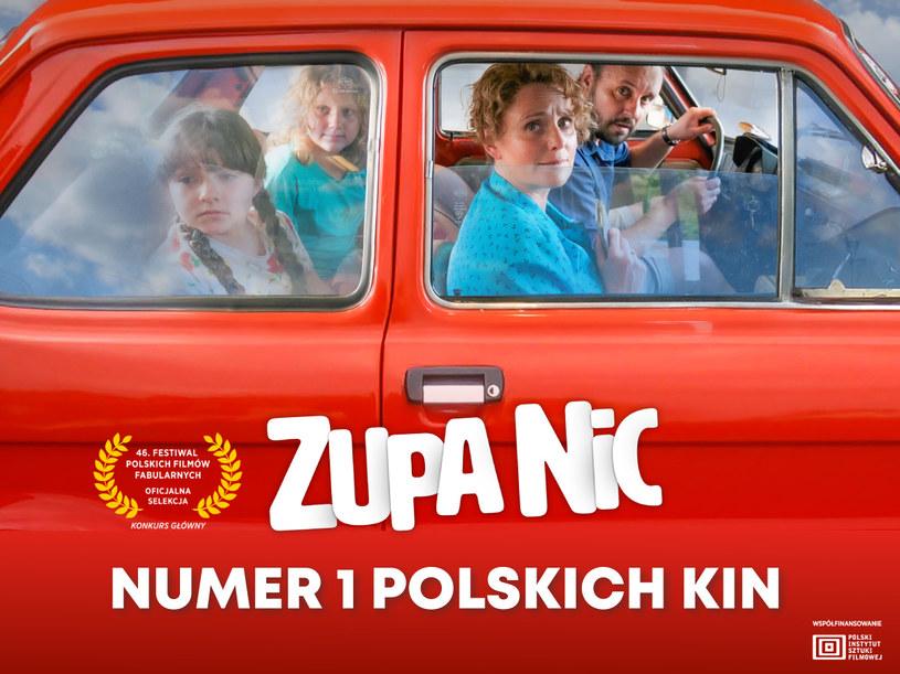 """""""Zupa nic"""" to najnowszy film Kingi Dębskiej, prequel jej nagradzanych i dobrze zapamiętanych """"Moich córek krów"""". Produkcja została bardzo ciepło przyjęta przez krytyków, którzy zachwalali m.in. grę aktorską i humor filmu. Jak pokazał weekend otwarcia, """"Zupę nic"""" pokochali także widzowie! Film zaliczył najlepsze otwarcie polskiego filmu w 2021 roku - w pierwszy weekend wyświetlania obejrzało go w kinach aż 48 889 osób! """"Zupa nic"""" stała się w ten sposób liderką box office!"""