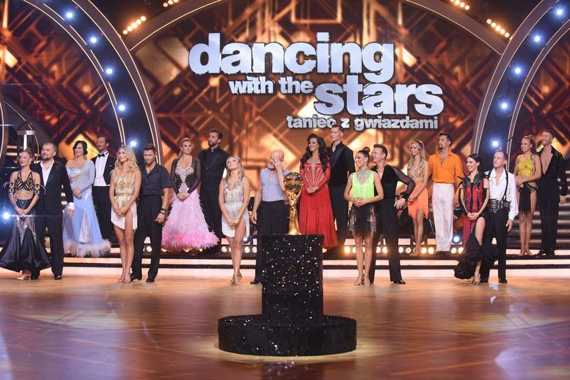 """""""Dancing with the Stars. Taniec z gwiazdami 12"""" wreszcie wystartował, a uczestnicy zaprezentowali na parkiecie swoje taneczne umiejętności. Jeden z nich musiał już niestety pożegnać się z programem. Kto poradził sobie najlepiej?"""