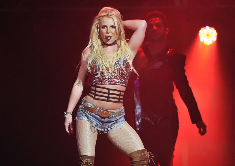 Jamie Spears niedawno zapewniał, że postanowił zrzec się kurateli nad córką i jej majątkiem, bo miał już dość ataków ze strony jej fanów i mediów. Jednak prawnik Britney Spears twierdzi, że ojciec piosenkarki chciał też przy okazji się wzbogacić. Reprezentujący wokalistkę adwokat Mathew Rosengart wyznał, że ojciec Britney zażądał od niej 2 milionów dolarów za ustąpienie z funkcji kuratora.
