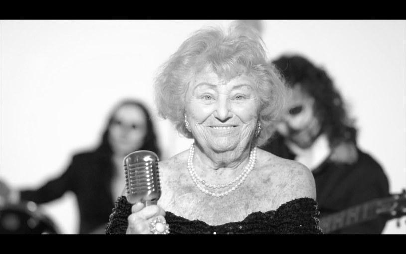 Była szpiegiem w czasie II wojny światowej, przeżyła obóz i Holocaust, a w wieku ponad 90 lat zaczęła występy z deathmetalową grupą The TritoneKings, próbując swoich sił m.in. w eliminacjach do Eurowizji. Niesamowita Inge Ginsberg zmarła w wieku 99 lat.