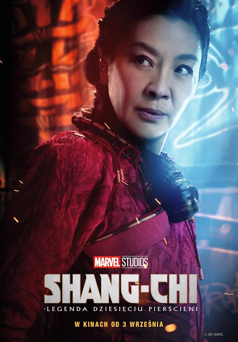 """Już w piątek na ekrany kin wchodzi najnowsze komiksowe widowisko Marvela/Disneya, film """"Shang-Chi i legenda dziesięciu pierścieni"""". Jedną z gwiazd tej produkcji jest Michelle Yeoh, najbardziej rozpoznawalna żeńska gwiazda kina kung-fu. W rozmowie z """"The Guardian"""", aktorka opowiedziała o tym, jak przekonała Jackiego Chana do tego, że kobiety nadają się do grania w filmach akcji. Zamiast dyskutować, skopała mu tyłek."""