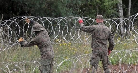 Komisja Europejska nie krytykuje wprowadzonego w Polsce stanu wyjątkowego w niektórych miejscowościach przy granicy z Białorusią. Zapewnia, że jest w kontakcie z polskimi władzami. W przesłanym naszej dziennikarce w Brukseli oświadczeniu zapowiada jednak, że jak tylko przepisy rozporządzenia o stanie wyjątkowym zostaną jej przekazane, to je oceni.