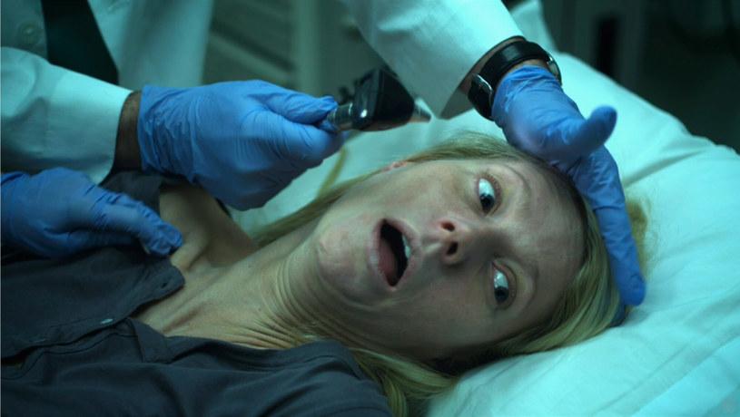 """3 września 2011 roku swą premierę miał film """"Contagion: Epidemia strachu"""" w reżyserii Stevena Soderbergha. Przedstawiał on losy walki naukowców i urzędników oraz reakcje społeczne na globalną pandemię. Chociaż w momencie swej premiery film przemknął bez echa, zainteresowanie nim pojawiło się lata później wraz z rozprzestrzenianiem się wirusa COVID-19."""