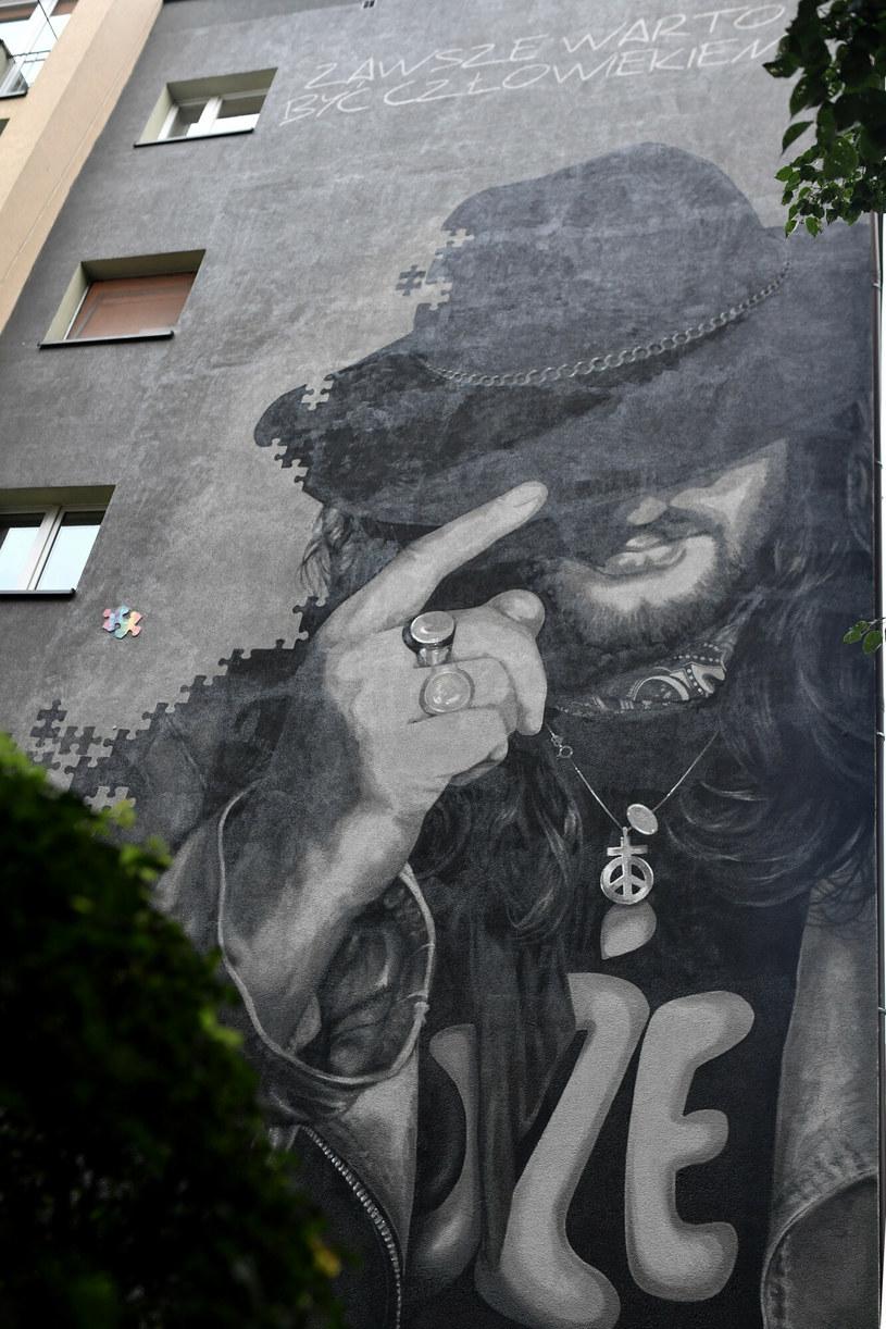 Mural upamiętniający charyzmatycznego wokalistę zespołu Dżem Ryszarda Riedla powstał w jego rodzinnym mieście - Tychach - na ścianie czteropiętrowego bloku osiedla F, w którym przez lata muzyk mieszkał. Mural odsłonięto w trakcie sobotniego happeningu, który zgromadził kilkaset osób.