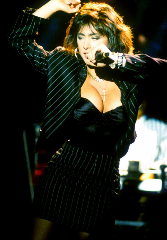 Regularnie po kilkadziesiąt tysięcy polubień zbierają najnowsze zdjęcia Sabriny Salerno na Instagramie. Seksbomba lat 80. imponuje formą.
