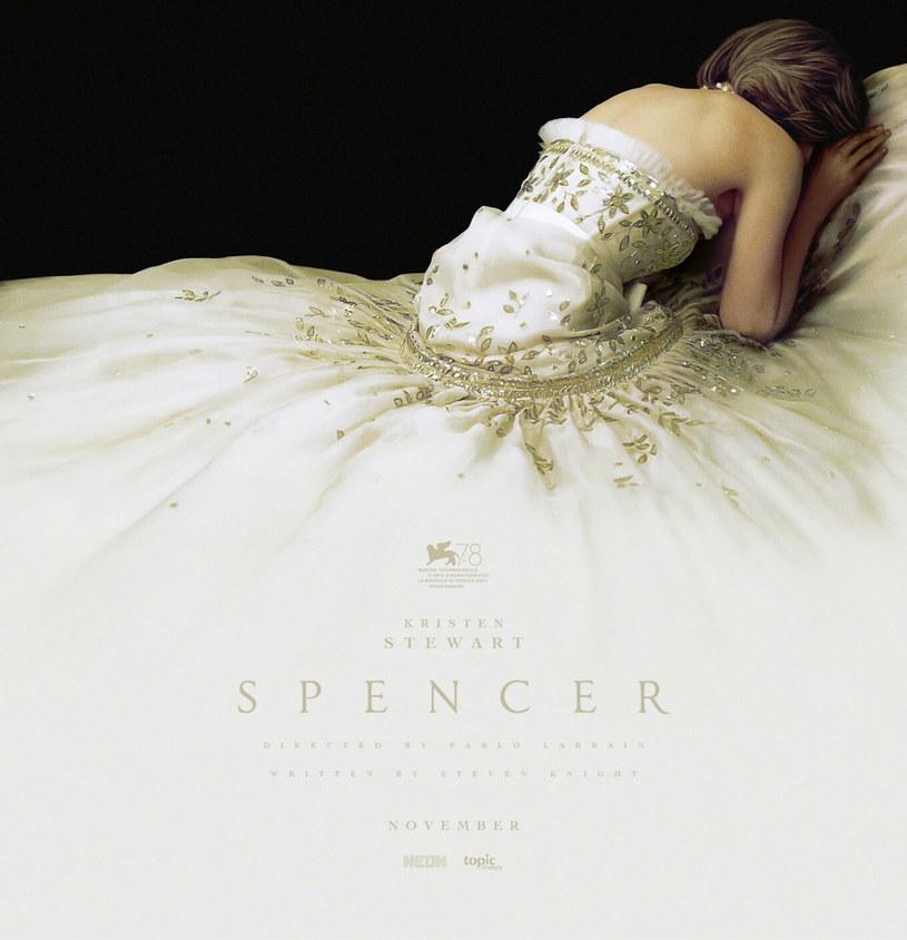 """Odwrócona plecami, zakrywająca twarz Kristen Stewart, filmowa Diana, odziana w niezwykle widowiskową kreację, w ten sposób prezentuje się najnowszy plakat zapowiadający nadchodzący film """"Spencer"""". Podobnie jak sama kompozycja fotografii, uwagę przykuwa niezwykła suknia, której uszycie zajęło ponad tysiąc godzin."""