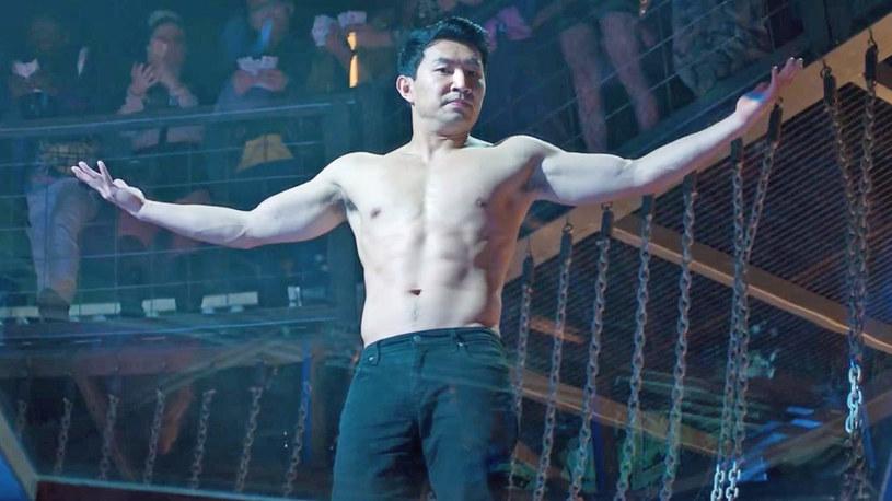 """Od najmłodszych lat był szkolony na wojownika i osiągnął perfekcję w swoim """"fachu"""". Najniebezpieczniejsi wrogowie nie są w stanie zrobić mu krzywdy. A w dodatku to uniwersum Marvela, w którym walka wymaga kaskaderskich i akrobatycznych umiejętności. Jak zagrać kogoś takiego? Simu Liu opowiada o przygotowaniach do roli tytułowego bohateria w filmie """"Shang-Chi i legenda dziesięciu pierścieni""""."""